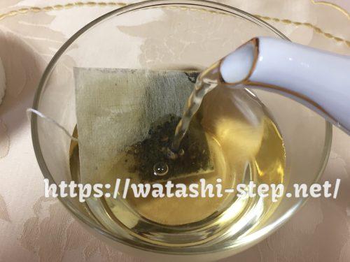 ティーバッグが入ったカップにさらにお湯を注ぐ