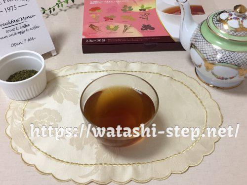お家カフェ風に桃花スリム茶を飲んでいる