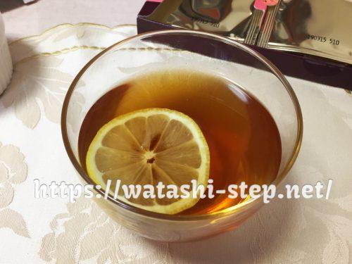 桃花スリム茶にレモンを入れた
