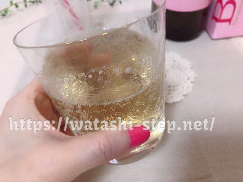 グラスに入ったベルタ酵素ドリンクの炭酸割り