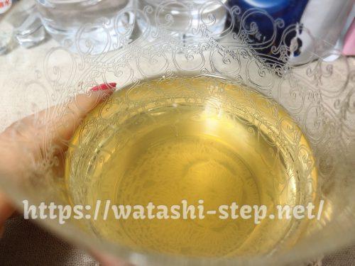 ベルタ酵素ドリンクと水を1対1で割ったものがグラスに入っている